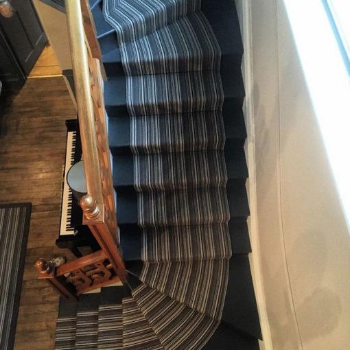 Tapis d'escalier tissé plat avec un piano