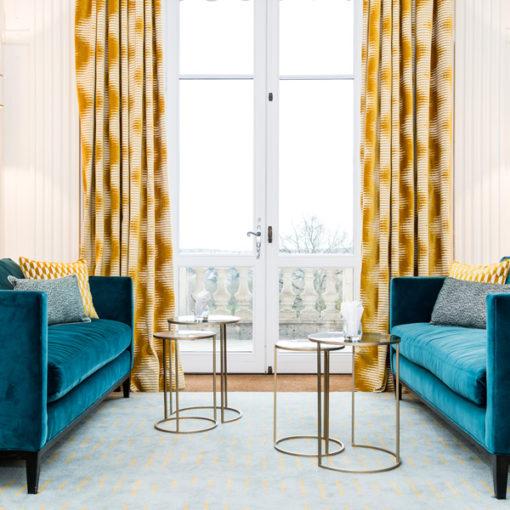 Luxueuse pièce avec un tapis tufté Zig Zag