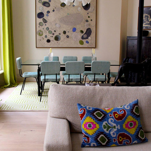 tapis tufté présenté avec une table